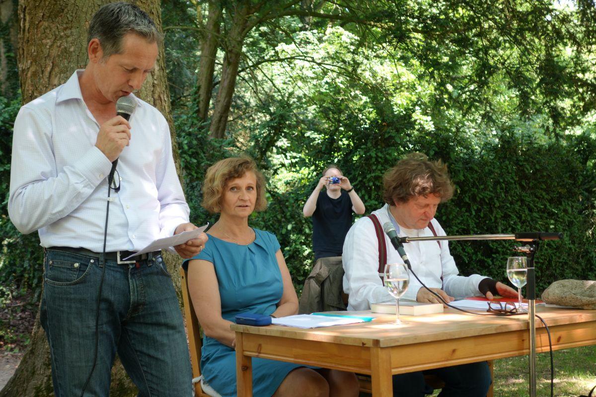 Veranstalter Oliver Vogt stellt das Lyrik-Duo vor, während im Hintergrund Mauritz Hartwig fotografiert