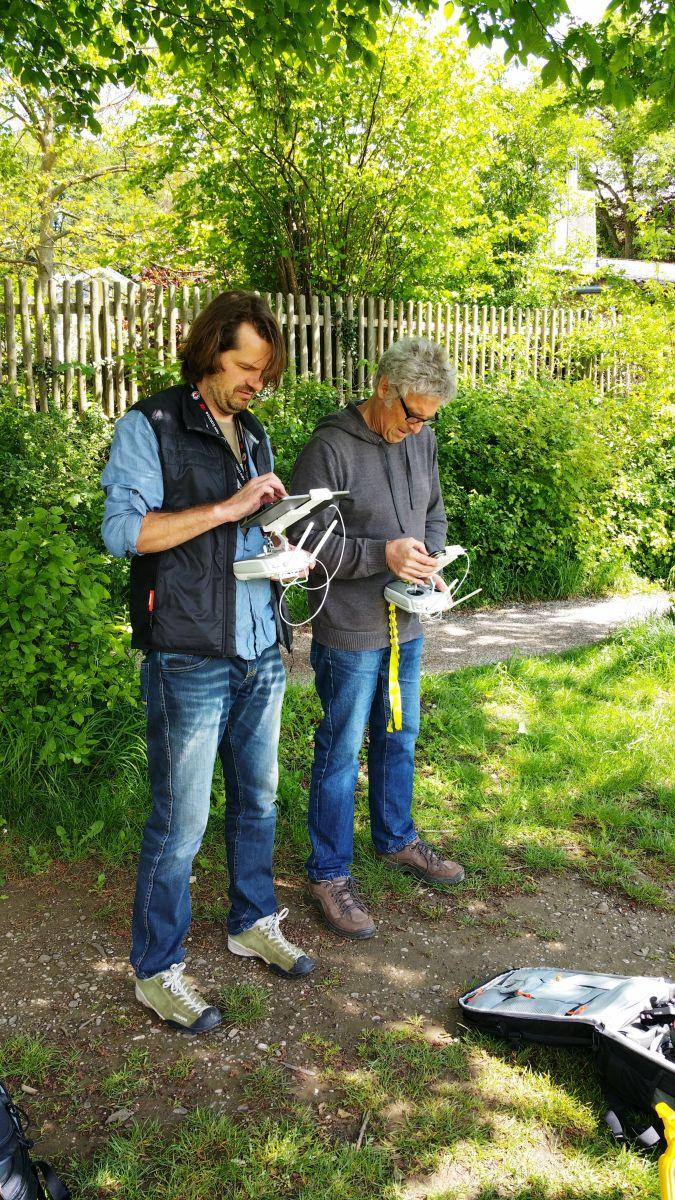 Pavel Brož und Jörg Reuther bereiten den Dreh vor. Foto: DAS GEDICHT