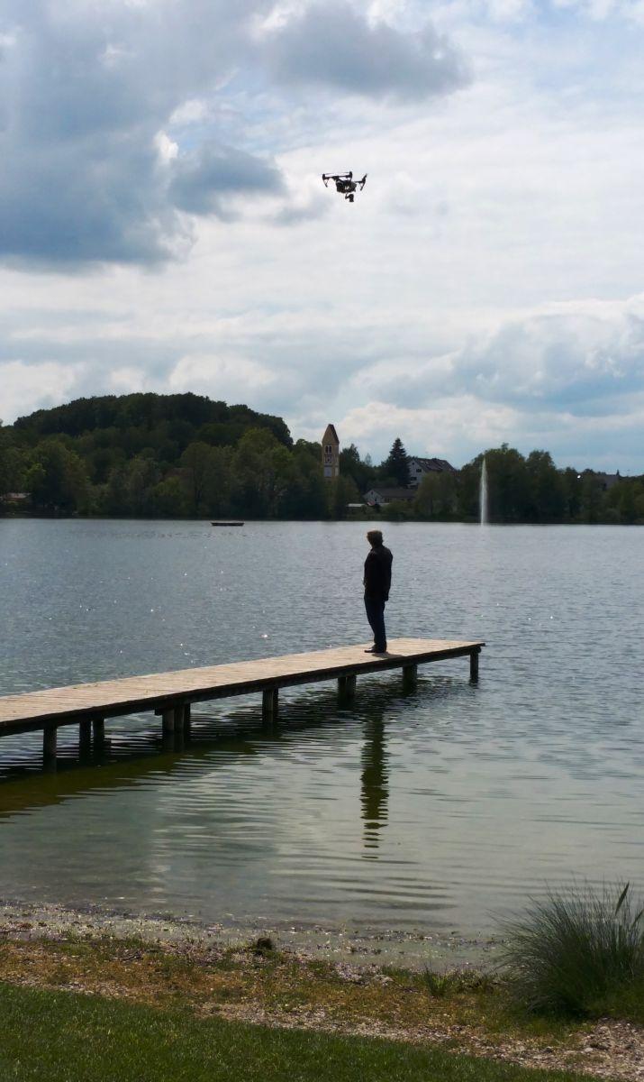Anton G. Leitner mit Drohne beim Dreh am Weßlinger See. Foto: DAS GEDICHT