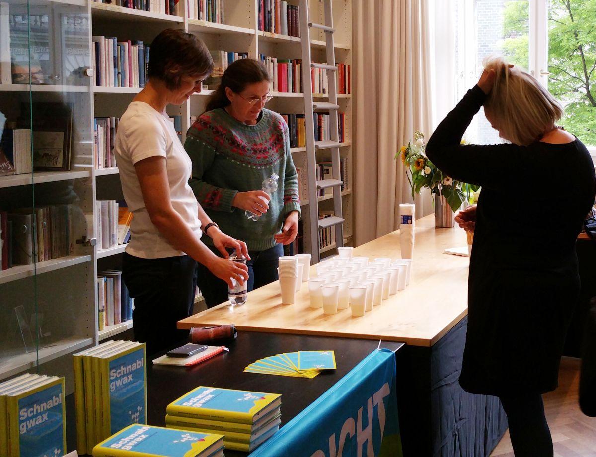 Schnablgwax-Lektorin Johanna Trischberger mit GEDICHT-Redakteurin Gabriele Trinckler und Moderatorin Sabine Zaplin