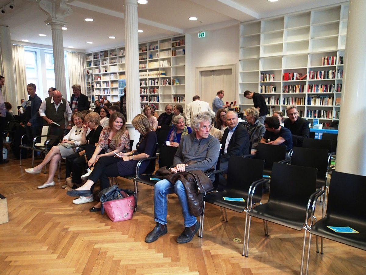 Die Bibliothek des Literaturhauses füllt sich mit Gästen
