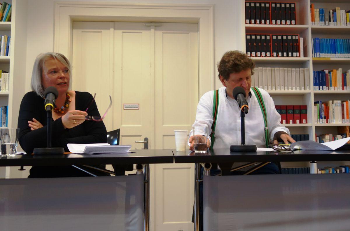 """Moderatorin Sabine Zaplin mit Anton G. Leitner bei der Premiere von Leitners Bairischem Verskabarett """"Schnablgwax"""" im Literaturhaus München"""