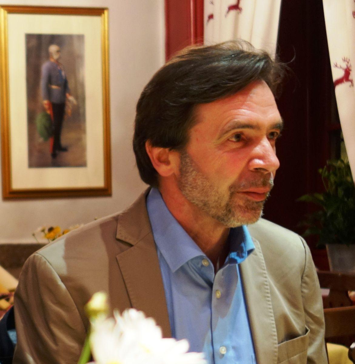 GEDICHT-Mitherausgeber Ulrich Johannes Beil, poetischer Weggefährte von Anton G. Leitner seit der gemeinsamen Schulzeit am humanistischen Gymnasium. war zur Schnablgwax-Premiere aus Zürich angereist.