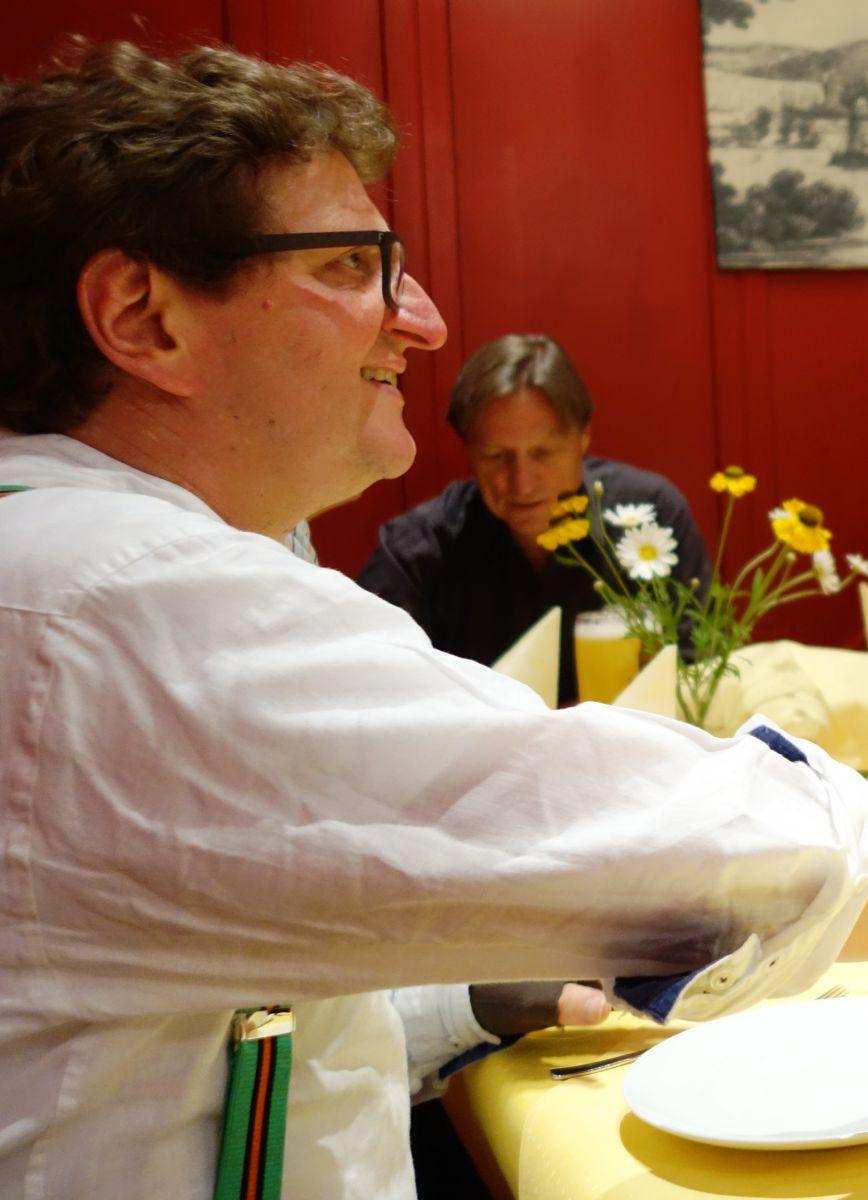 Anton G. Leitner bei der Nachfeier im Hofer — mit Stadtarchivar Dr. Michael Stephan