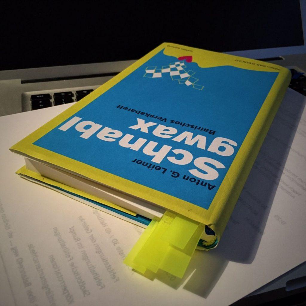 Pavel Broz' Ausgabe des »Schnablgwax« während der vorbereitenden Lektüre.